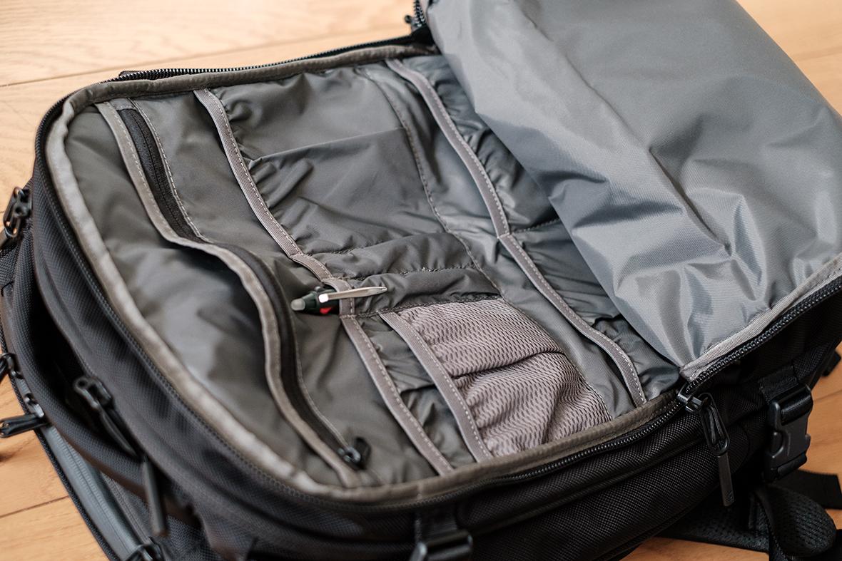 フロント収納部の複数ポケット